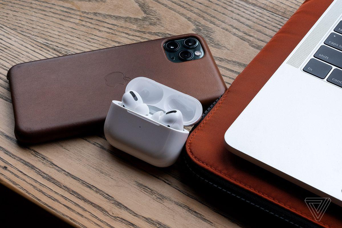 AirPods Pro, cele mai bune căști fără fir pentru persoanele care utilizează produsele Apple, prezentate lângă iPhone 11 Pro Max și MacBook Pro.