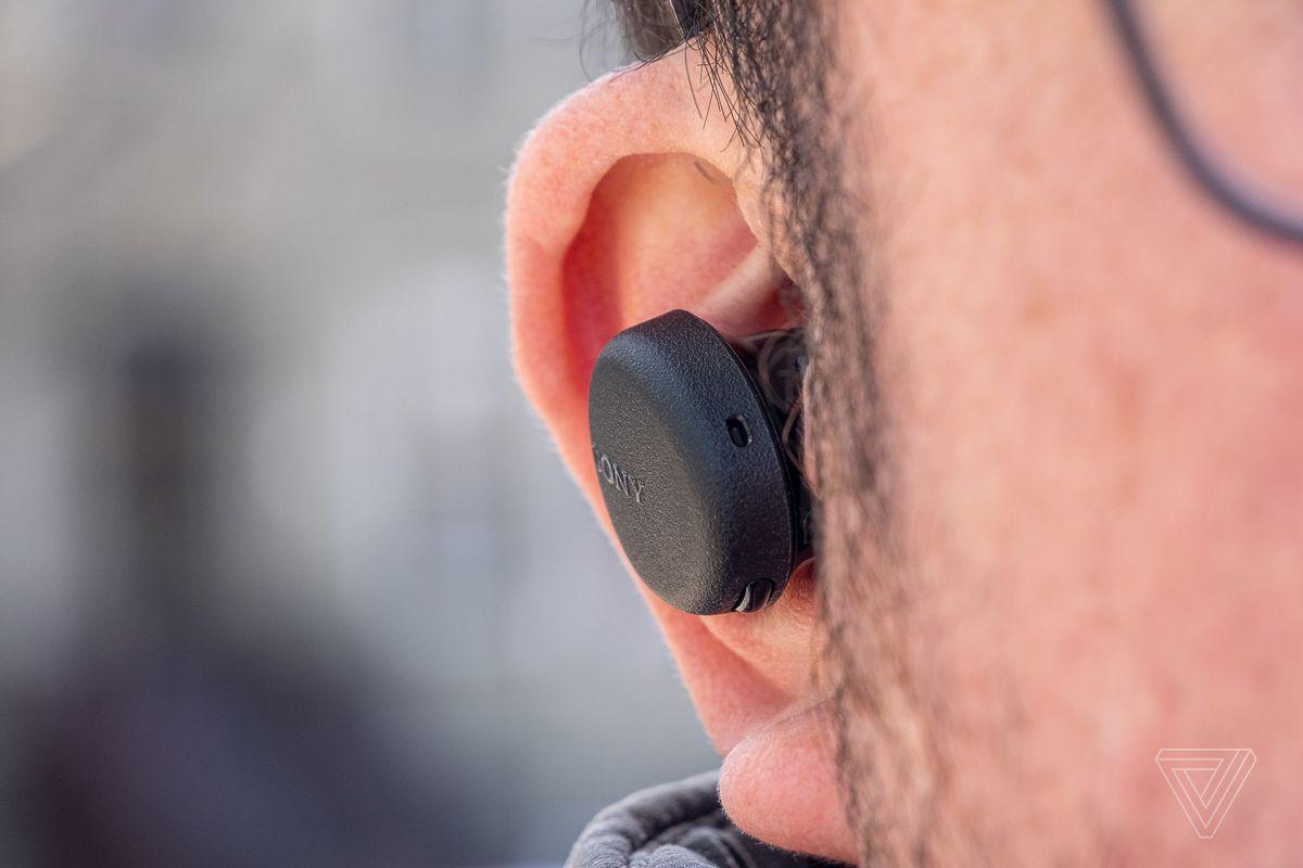 O imagine a Sony WF-XB700, cele mai bune căști fără fir pentru aproximativ 100 USD, în urechea cuiva.