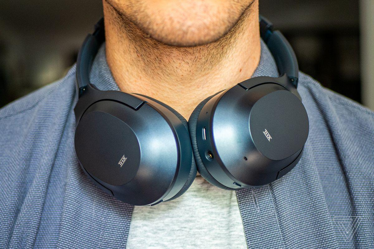 Razer Opus, cele mai bune căști de anulare a zgomotului pentru aproximativ 200 USD, purtate la gât.