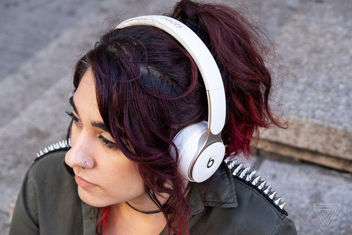O fotografie a căștilor Beats Solo Pro, cele mai bune căști pentru eliminarea zgomotului la ureche, purtate pe capul unei femei.