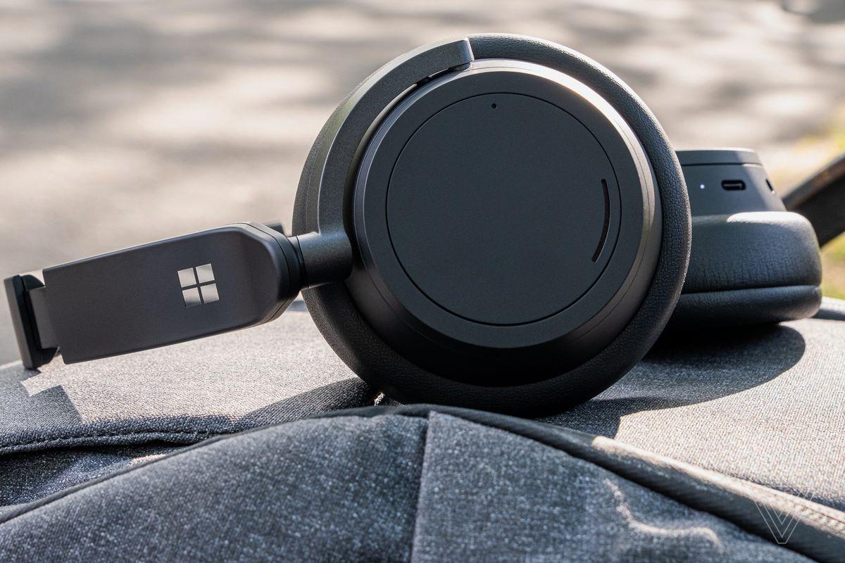 O imagine a Surface Headphones 2, cele mai bune căști de anulare a zgomotului pentru ușurință în utilizare, așezate pe un rucsac.