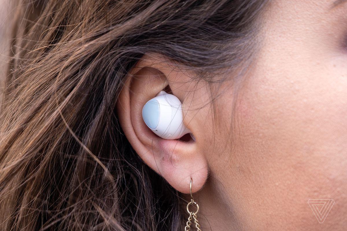 Samsung Galaxy Buds Plus, cele mai bune căști fără fir pentru majoritatea oamenilor, prezentate în urechea unei femei.