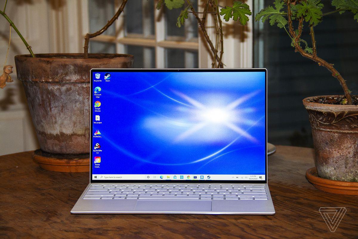 Dell XPS 13 este deschis, văzut din față.