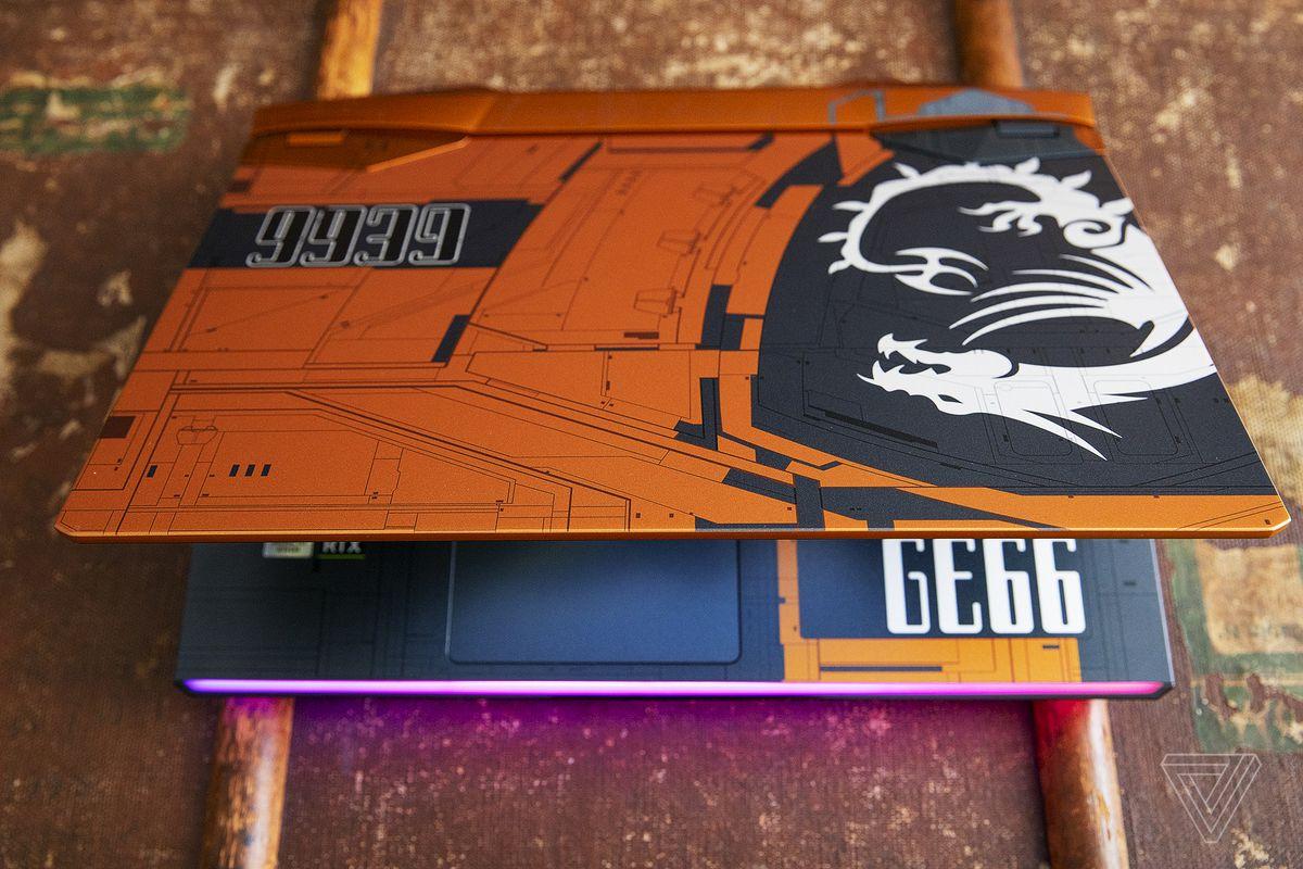 MSI GE66 Raider Dragonshield Edition este deschis pe jumătate de sus.