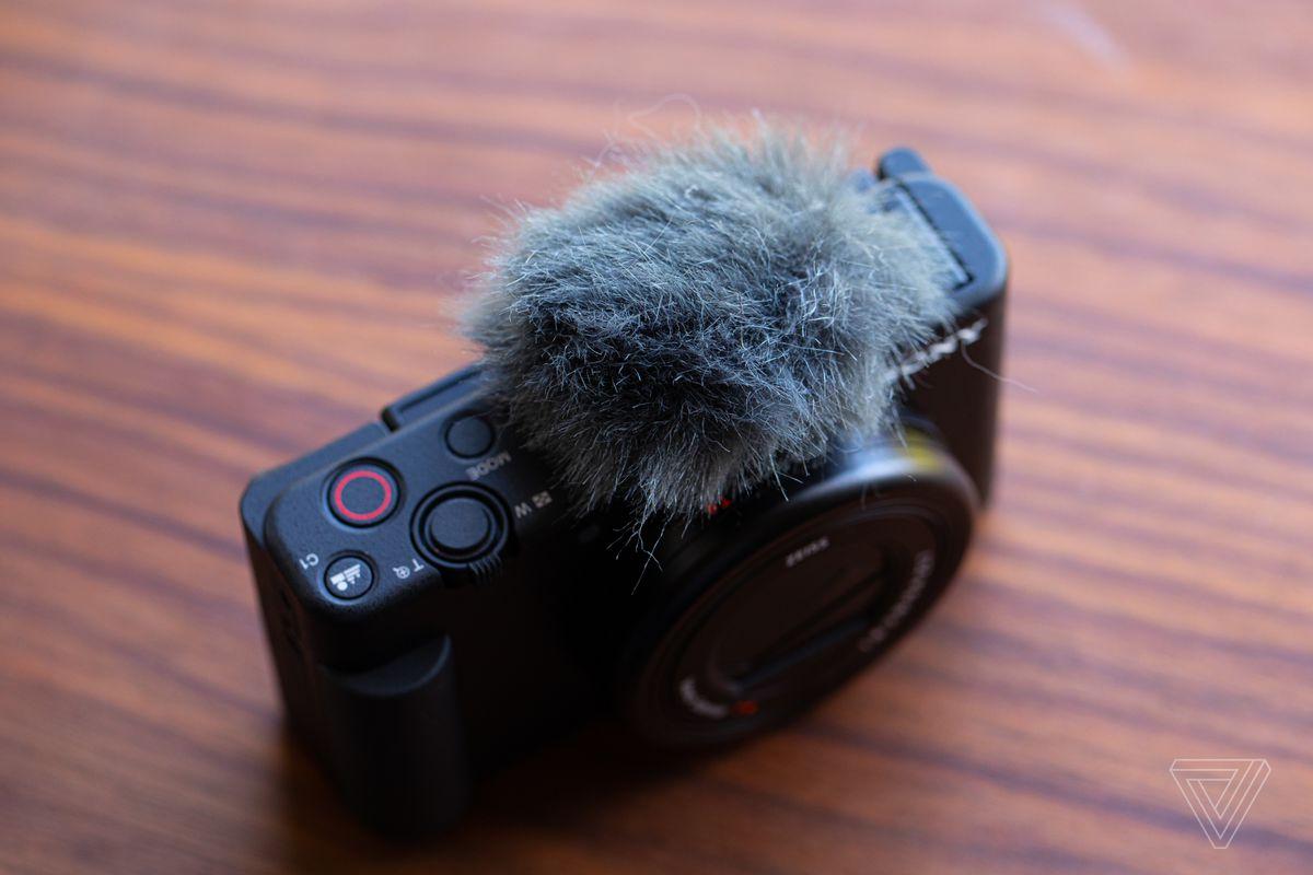 Capacul microfonului de pisică moartă blochează vântul și se montează prin intermediul încălțămintei încorporate.