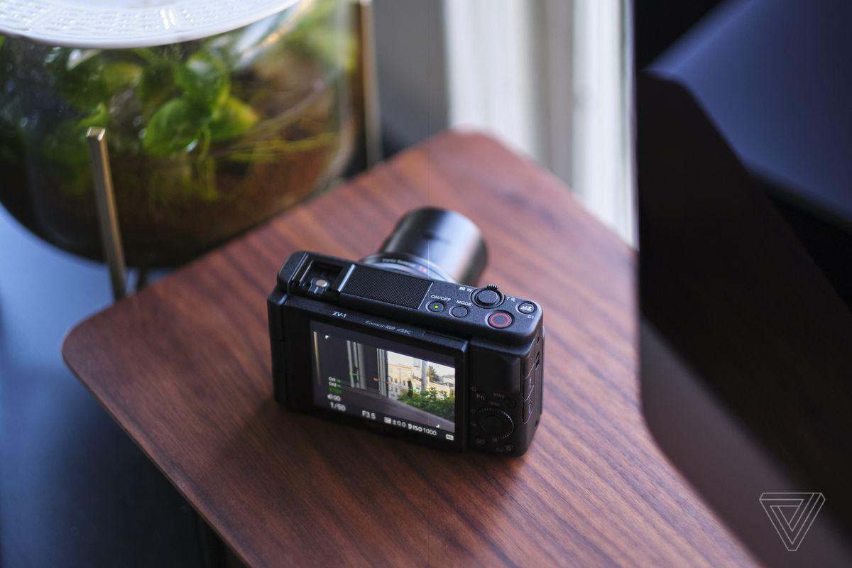 Sony ZV-1 are un ecran complet articulat, iar obiectivul este echivalent 24-70mm full frame.