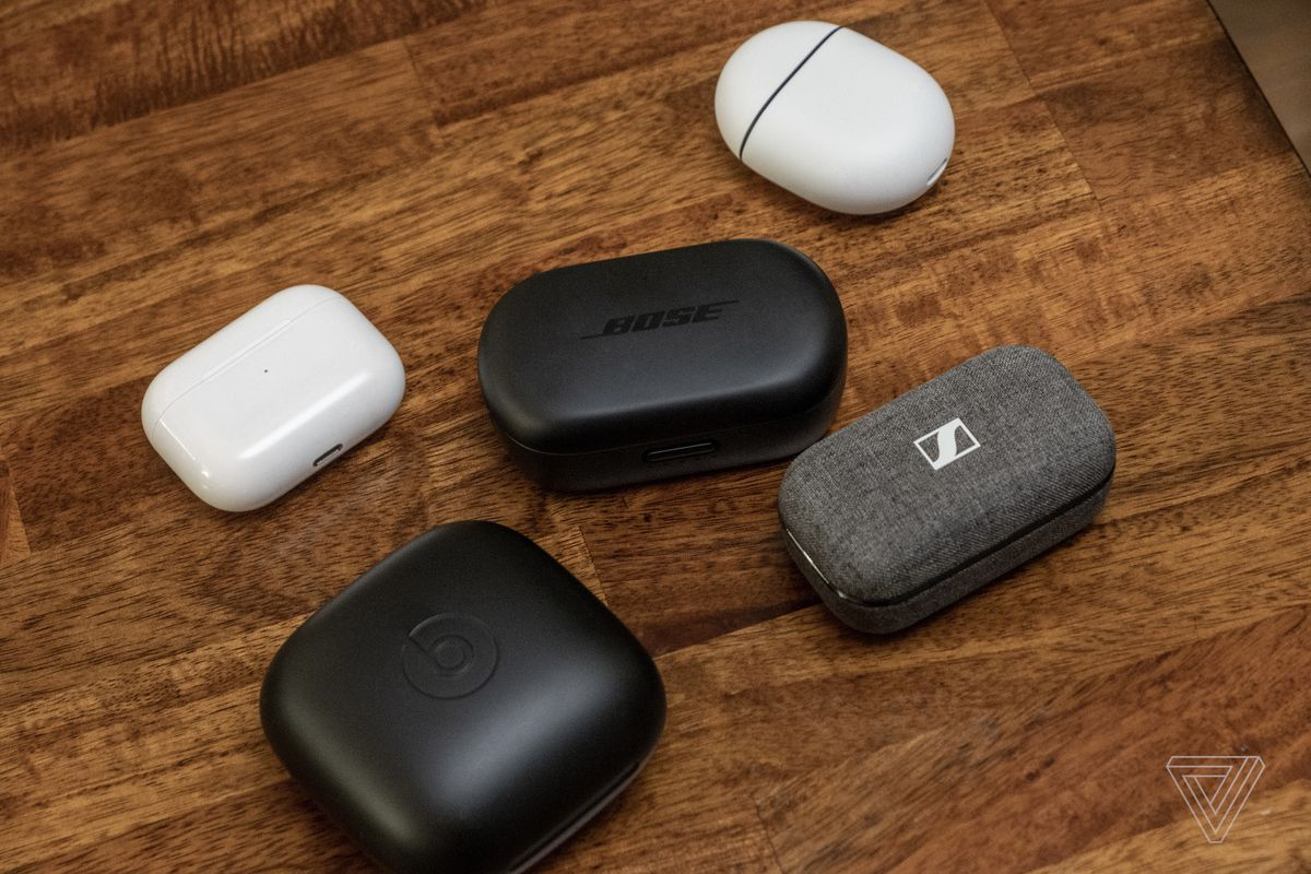 Carcasa pentru cască QuietComfort de la Bose, lângă carcasele pentru AirPods, Pixel Buds, Powerbeats Pro și Sennheiser Momentum True Wireless 2.