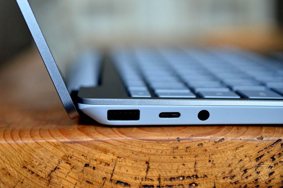 Colțul din spate al Surface Laptop Go văzut din partea stângă.