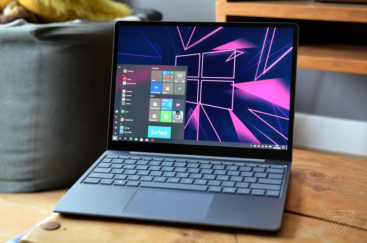 Surface Laptop Go înclinat ușor spre stânga.