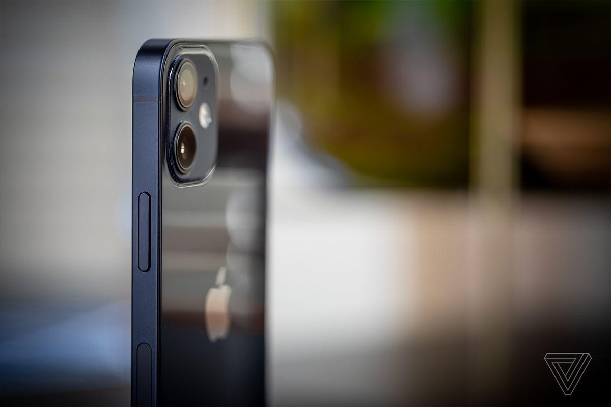 IPhone 12 mini are șine plate din aluminiu pe lateral