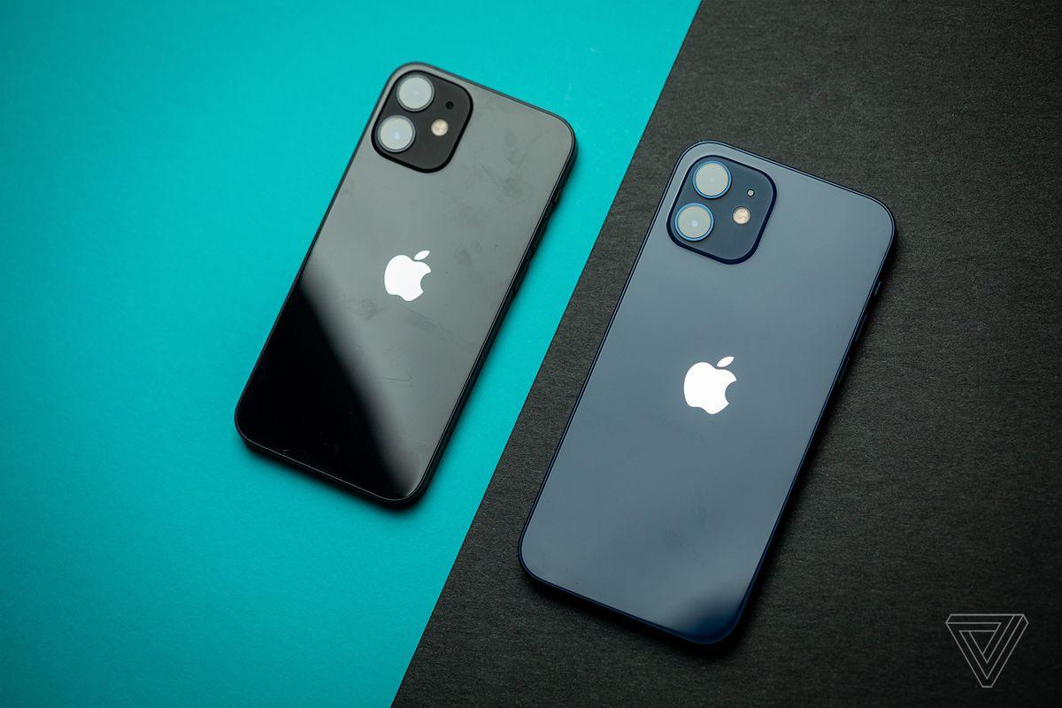 iPhone 12 mini (stânga) și iPhone 12 (dreapta)