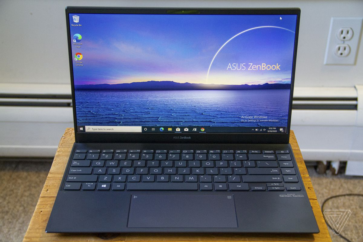 Tastatura și ecranul Asus Zenbook 14 de sus.