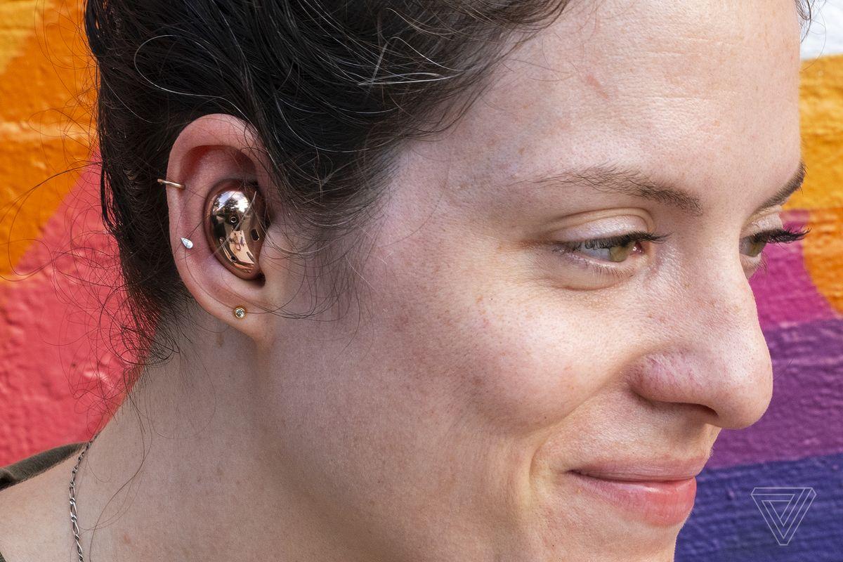 O fotografie cu Samsung Buds Live în urechea cuiva.