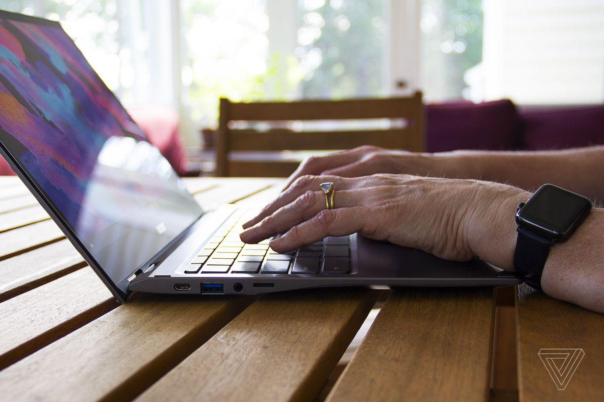 Un utilizator tastează pe Acer Chromebook Spin 713.
