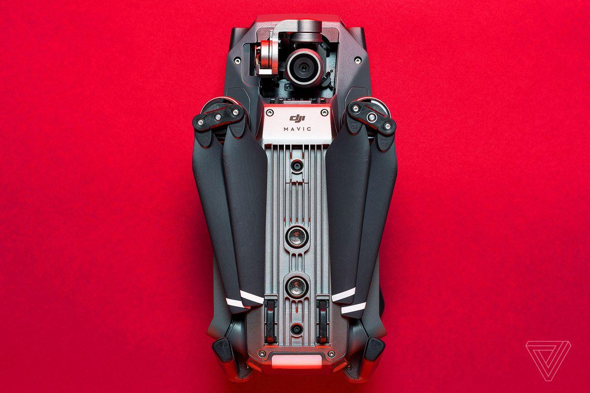Drona DJI Mavic Pro închisă pe fundal roșu