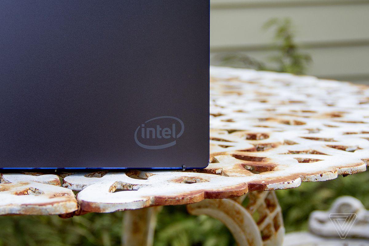 Un colț al capacului designului de referință Intel Tiger Lake, care arată sigla Intel.
