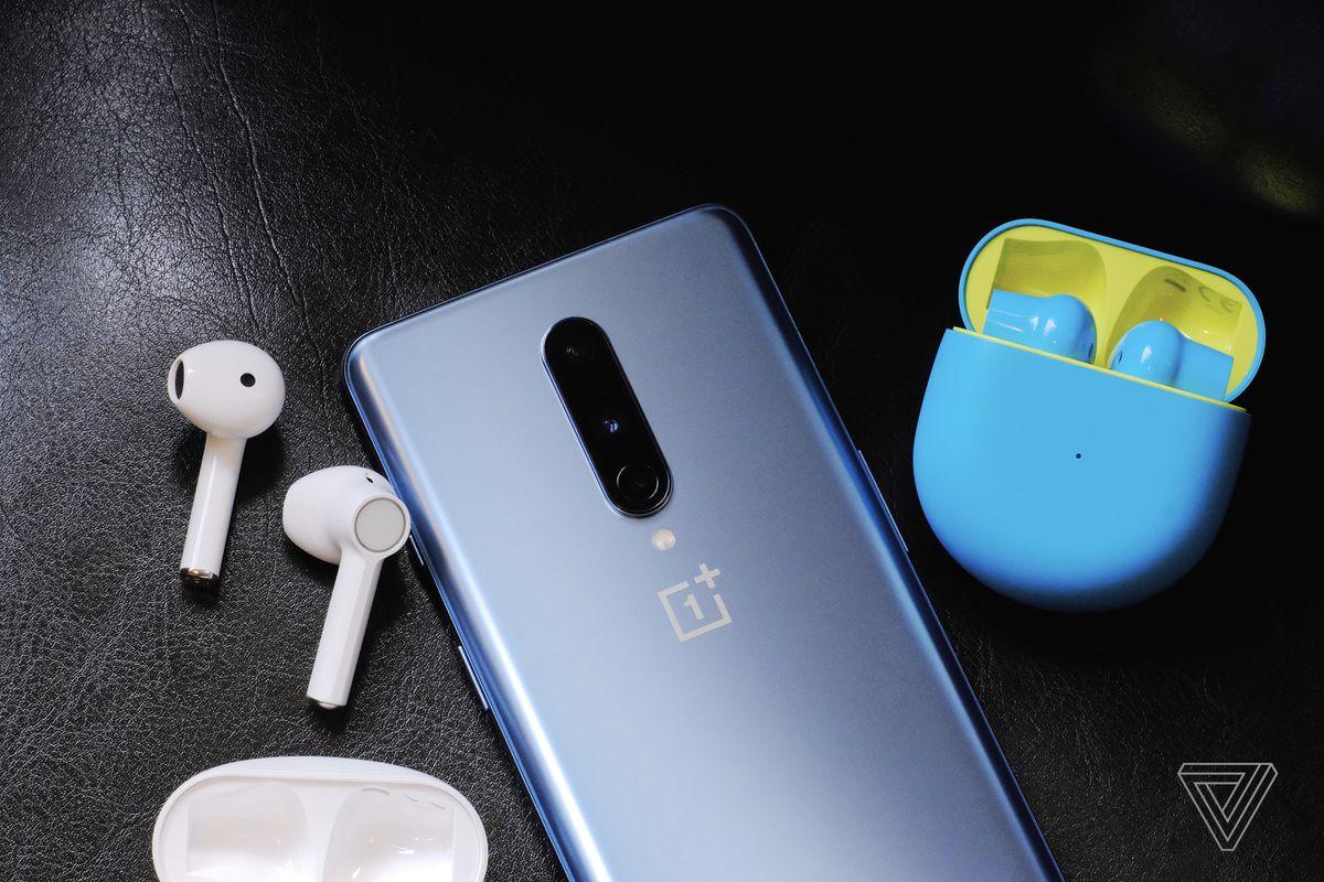 O fotografie a OnePlus Buds alb și albastru / verde.