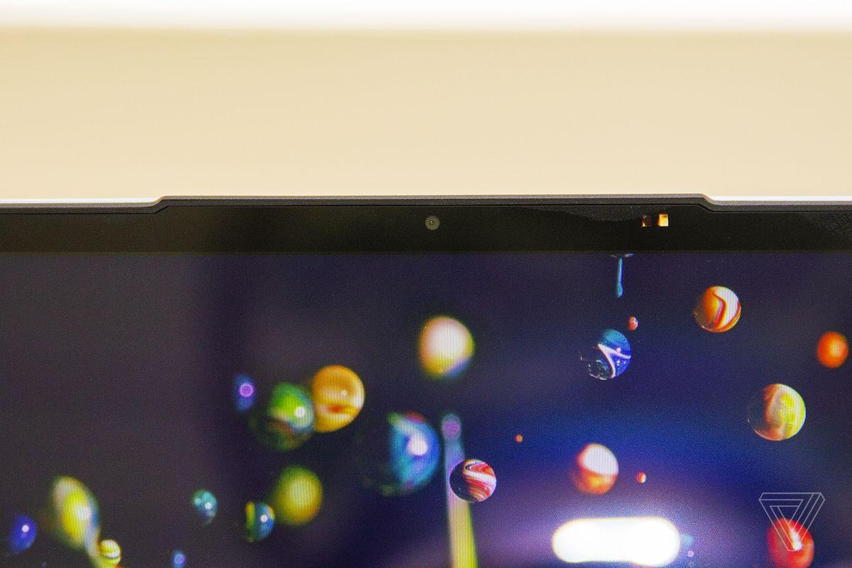 Camera web a Lenovo IdeaPad Slim 7 de aproape.