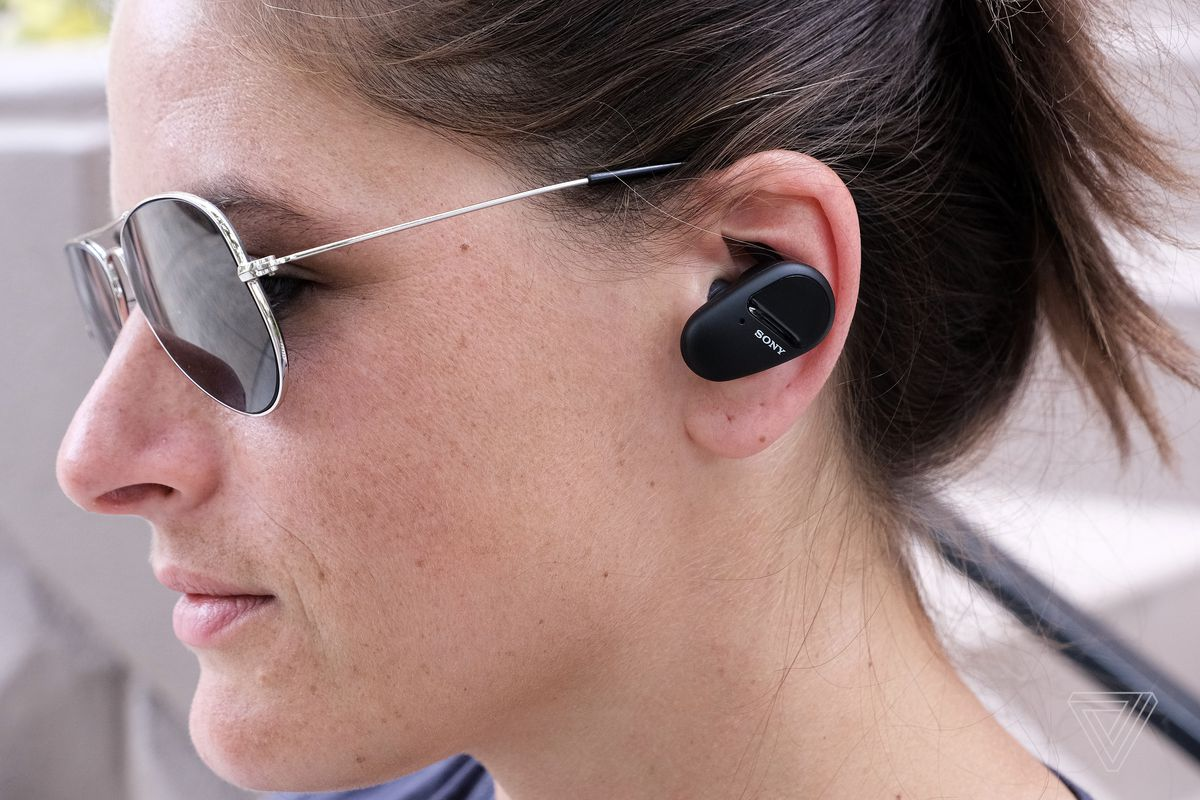 O fotografie laterală a unei femei purtând căștile SP-800N de la Sony.