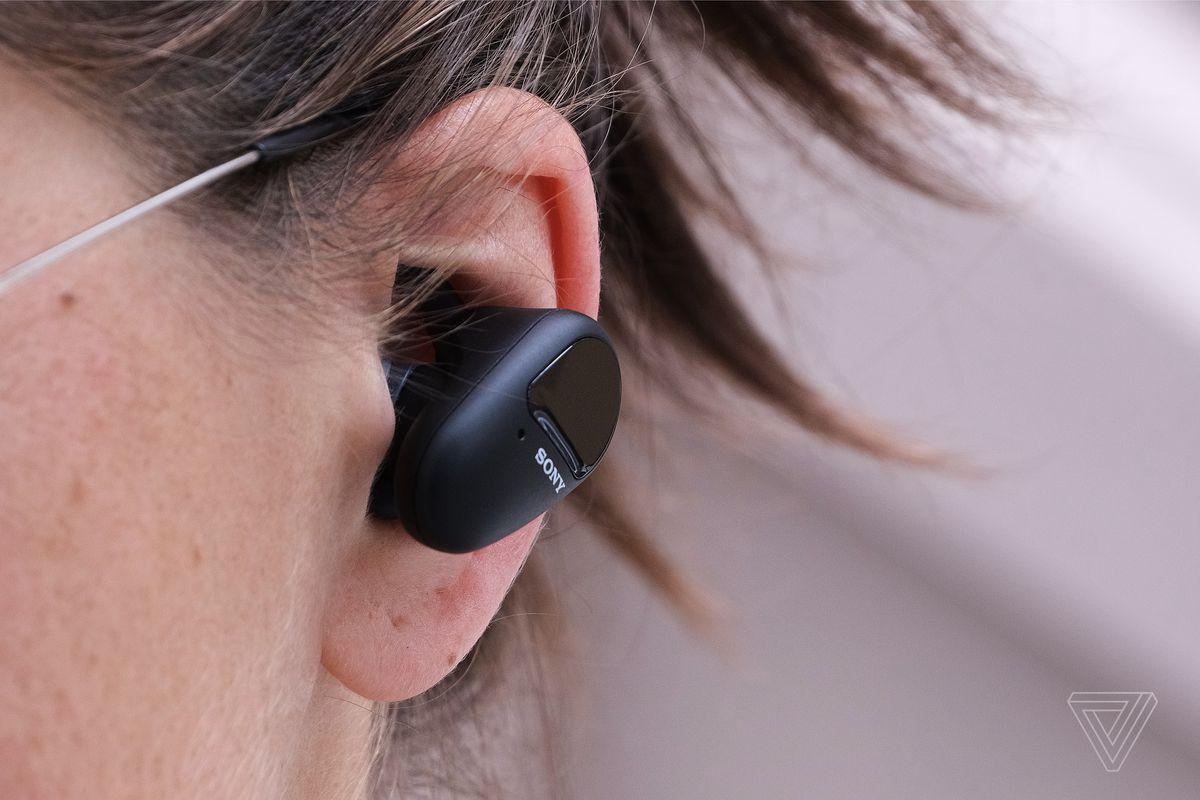 O imagine de aproape a căștii Sony SP-800N în urechea cuiva.