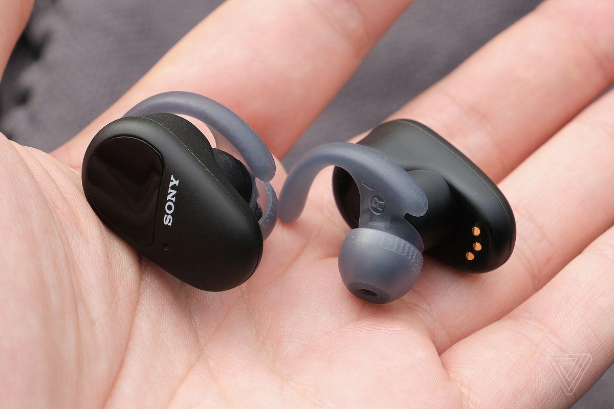 O imagine cu căștile SP-800N de la Sony într-o mână, care arată ambele părți ale căștilor.