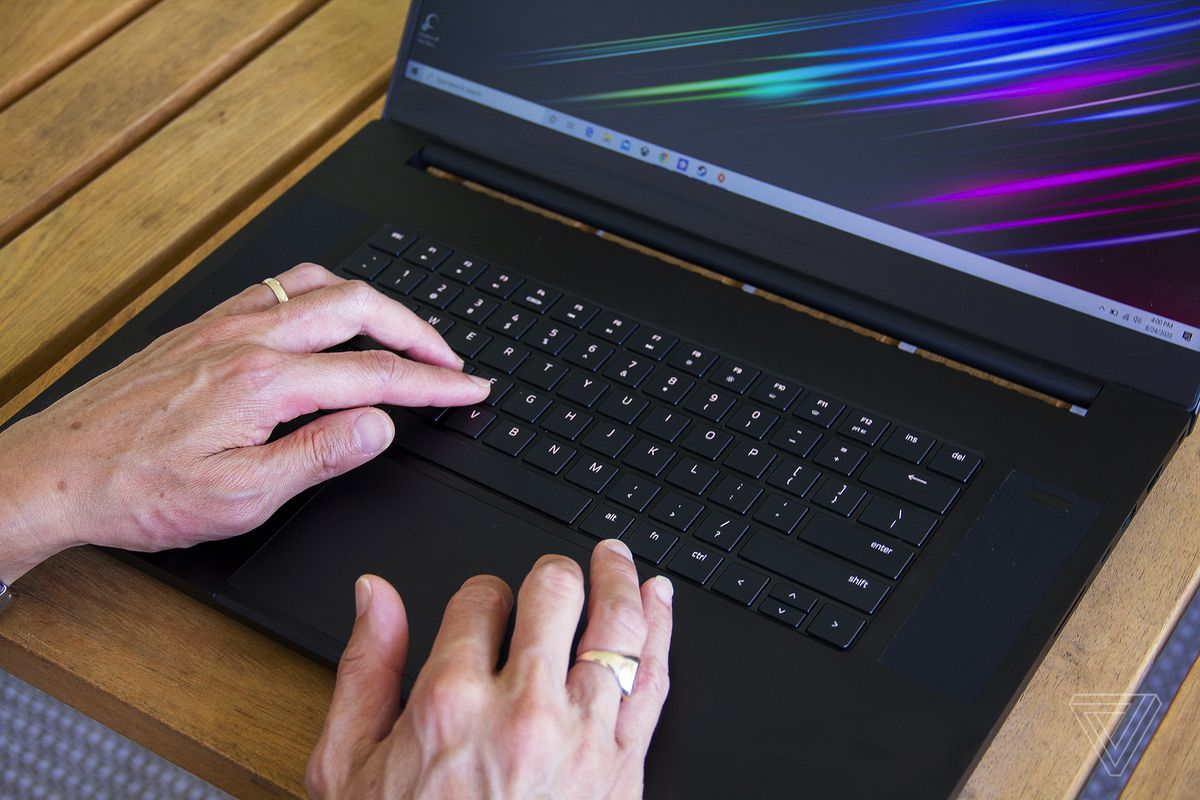 Un utilizator tastează pe tastatura Blade Pro 17.