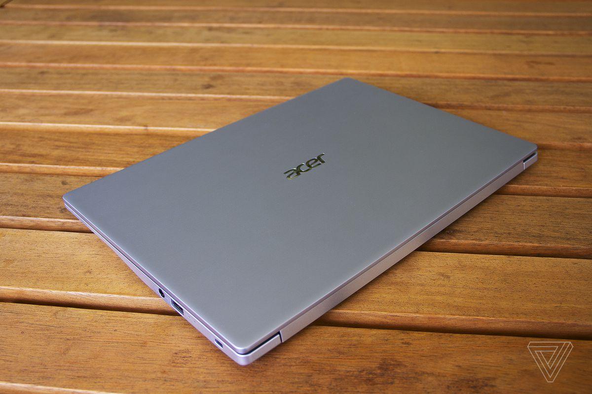 Capacul Acer Swift 3, închis.
