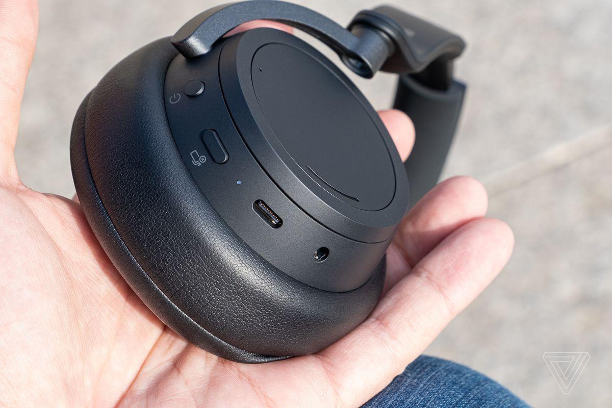 O imagine a comenzilor Surface Headphones 2, inclusiv butonul de pornire, butonul de mutare și mufa USB-C.