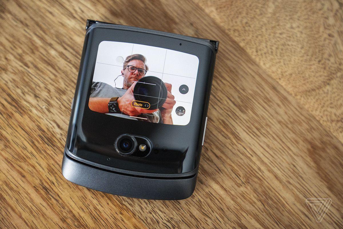Puteți folosi camera exterioară mai bună pentru selfie-uri