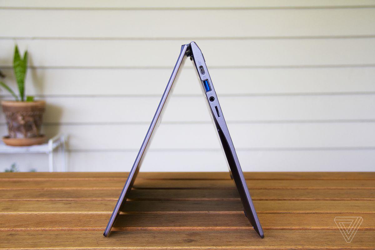 Chromebookul Acer Spin 713 în modul cort, din lateral.