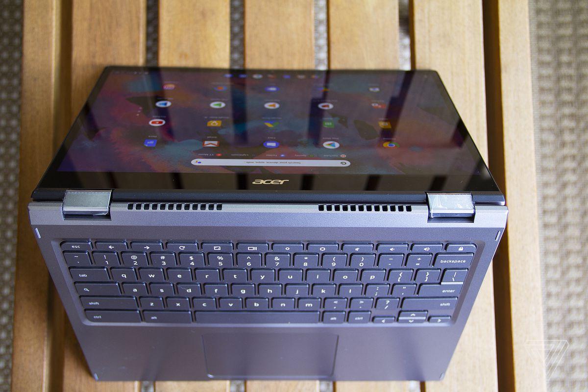 Chromebookul Acer Spin 713 în modul cort de sus.