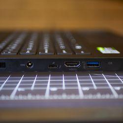 """<em> Porturile din partea stângă includ un port de încărcare a butoiului, Thunderbolt 3, HDMI și portul USB Type-A 3.12 Gen 2. </em>""""/></noscript></p> <p>            <span class="""