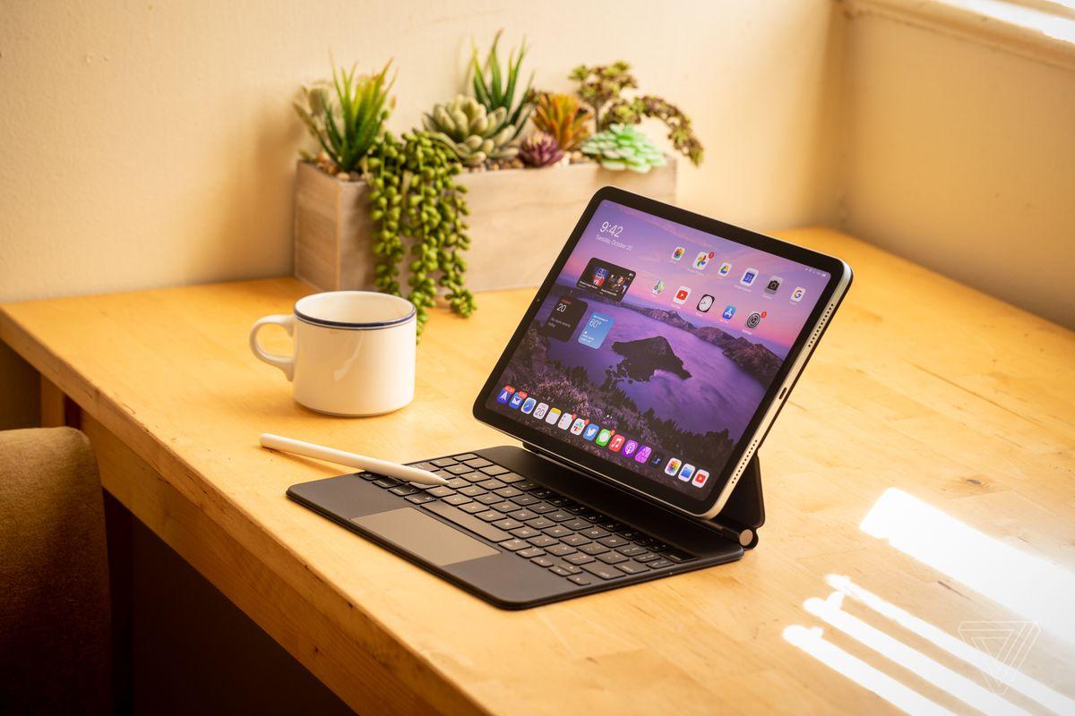 Noul iPad Air cu tastatură Magic și creion Apple