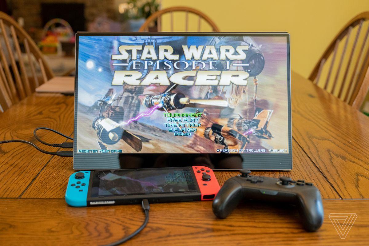 Un comutator Nintendo conectat la ecranul portabil Ananta