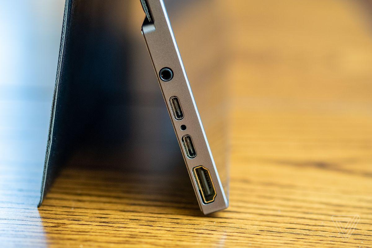 Detaliu lateral al afișajului Ananta care prezintă două porturi USB-C, un port HDMI și o mufă pentru căști de 3,5 mm.