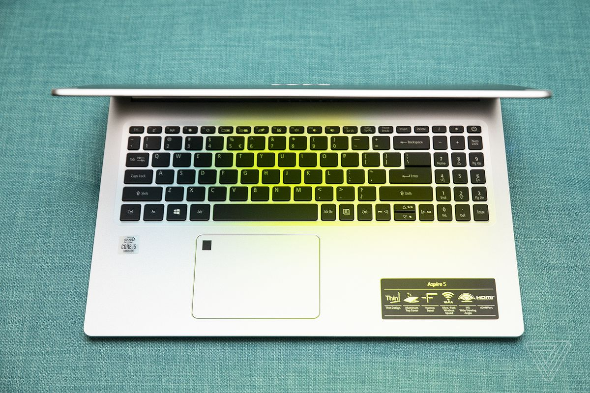 Acer Aspire 5 este deschis pe jumătate de sus.