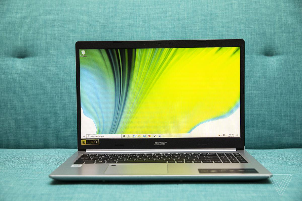 Acer Aspire 5 se deschide din față.