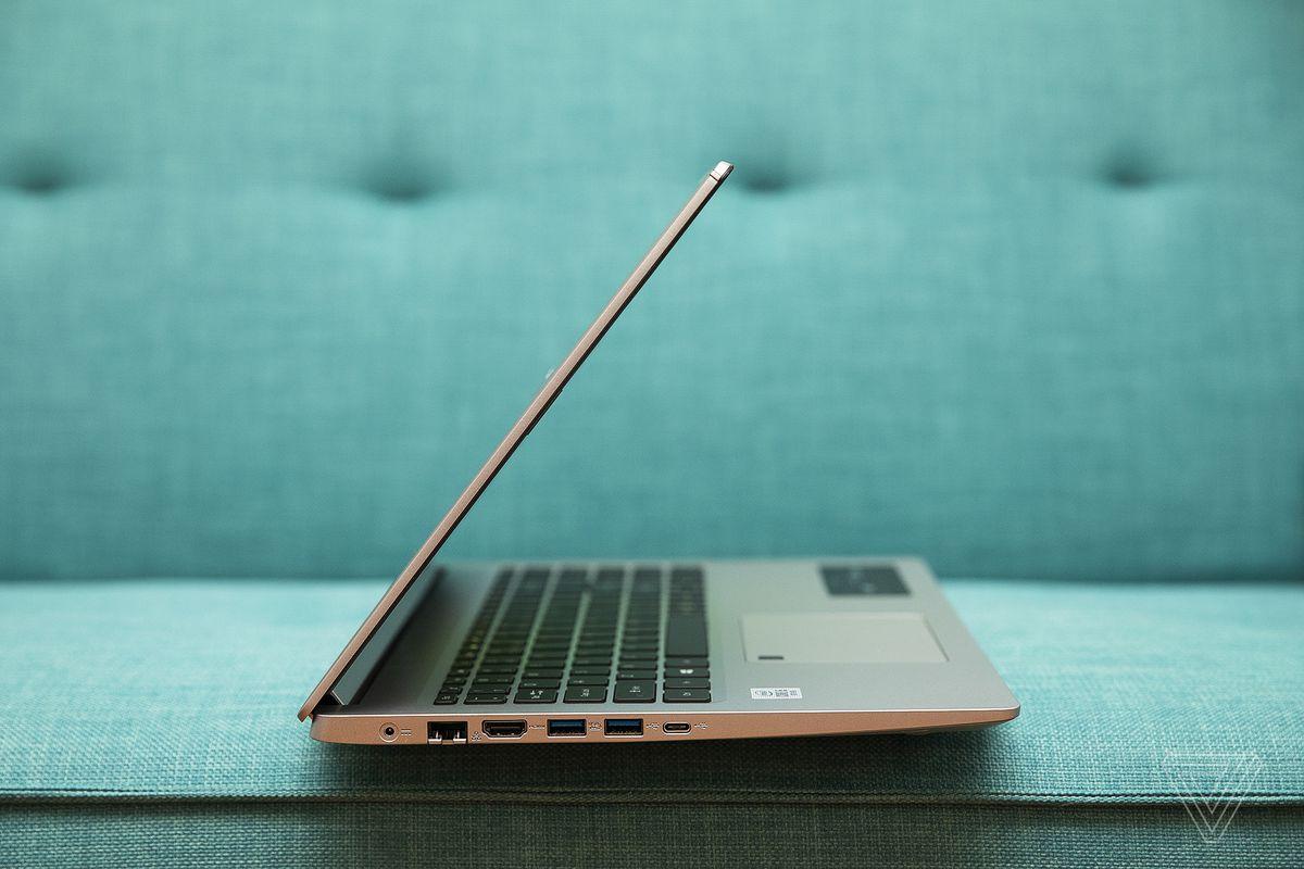 Acer Aspire 5 se deschide pe jumătate din partea dreaptă.