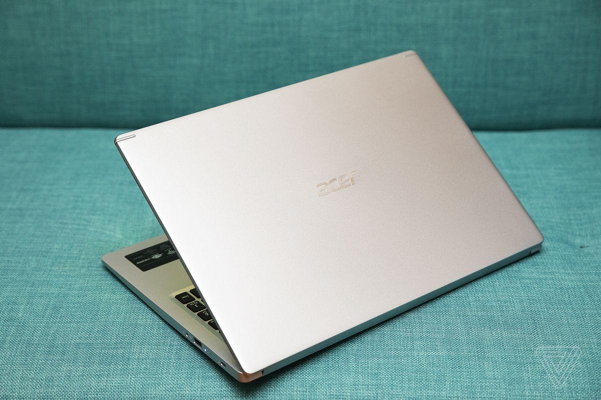 Acer Aspire 5 din spate, pe jumătate deschis.