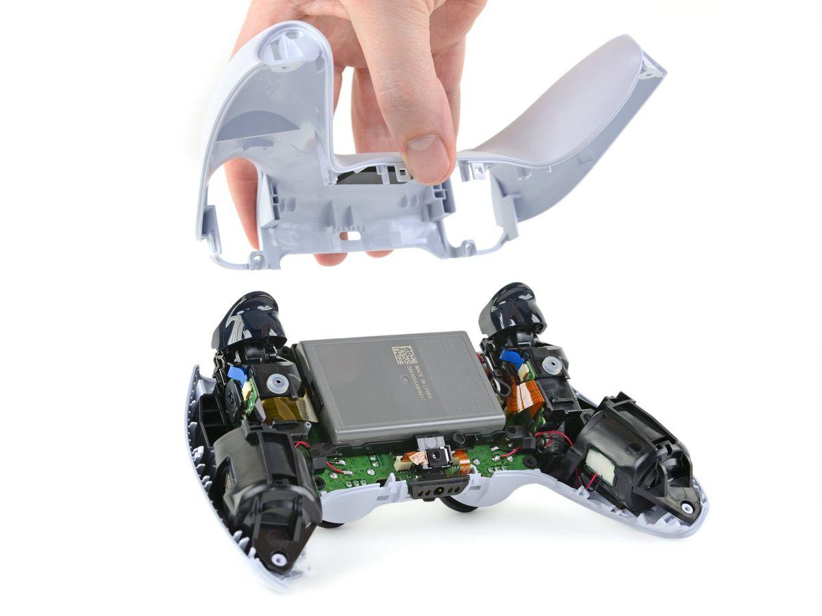 O imagine a DualSense cu spatele scos