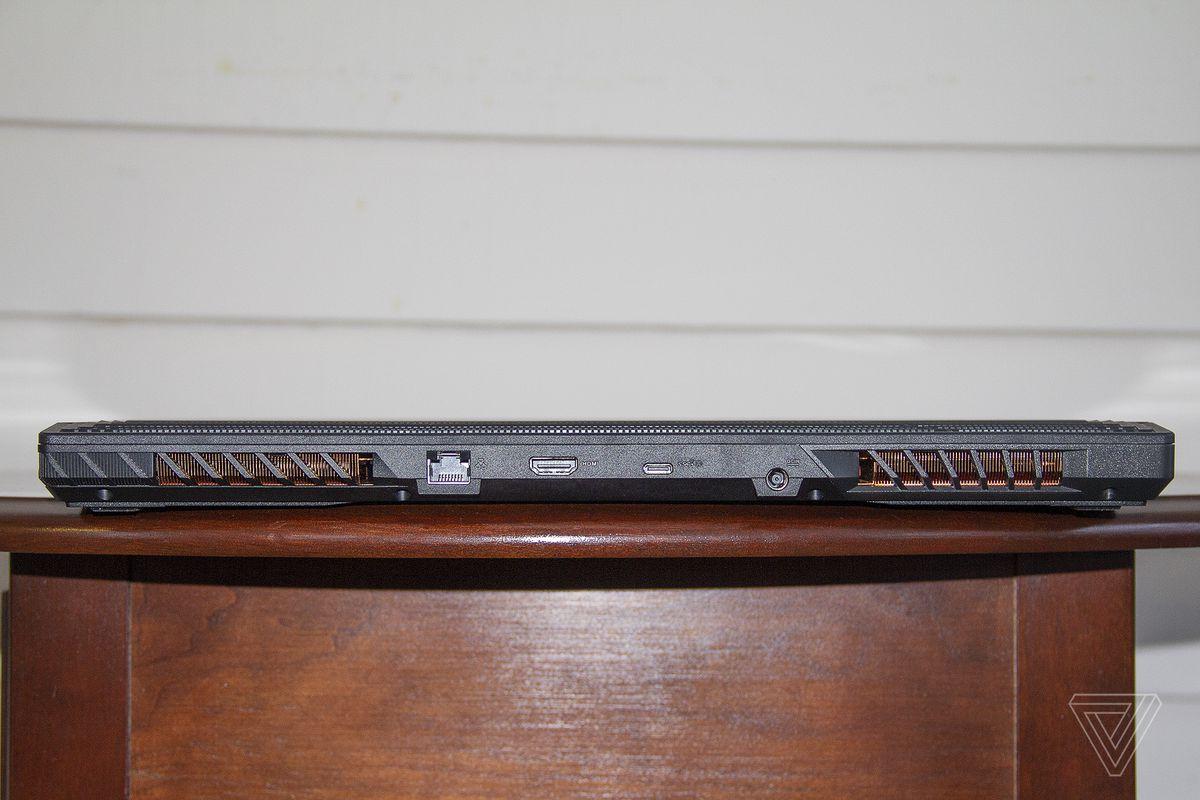 Asus ROG Strix Scar 15 din spate.