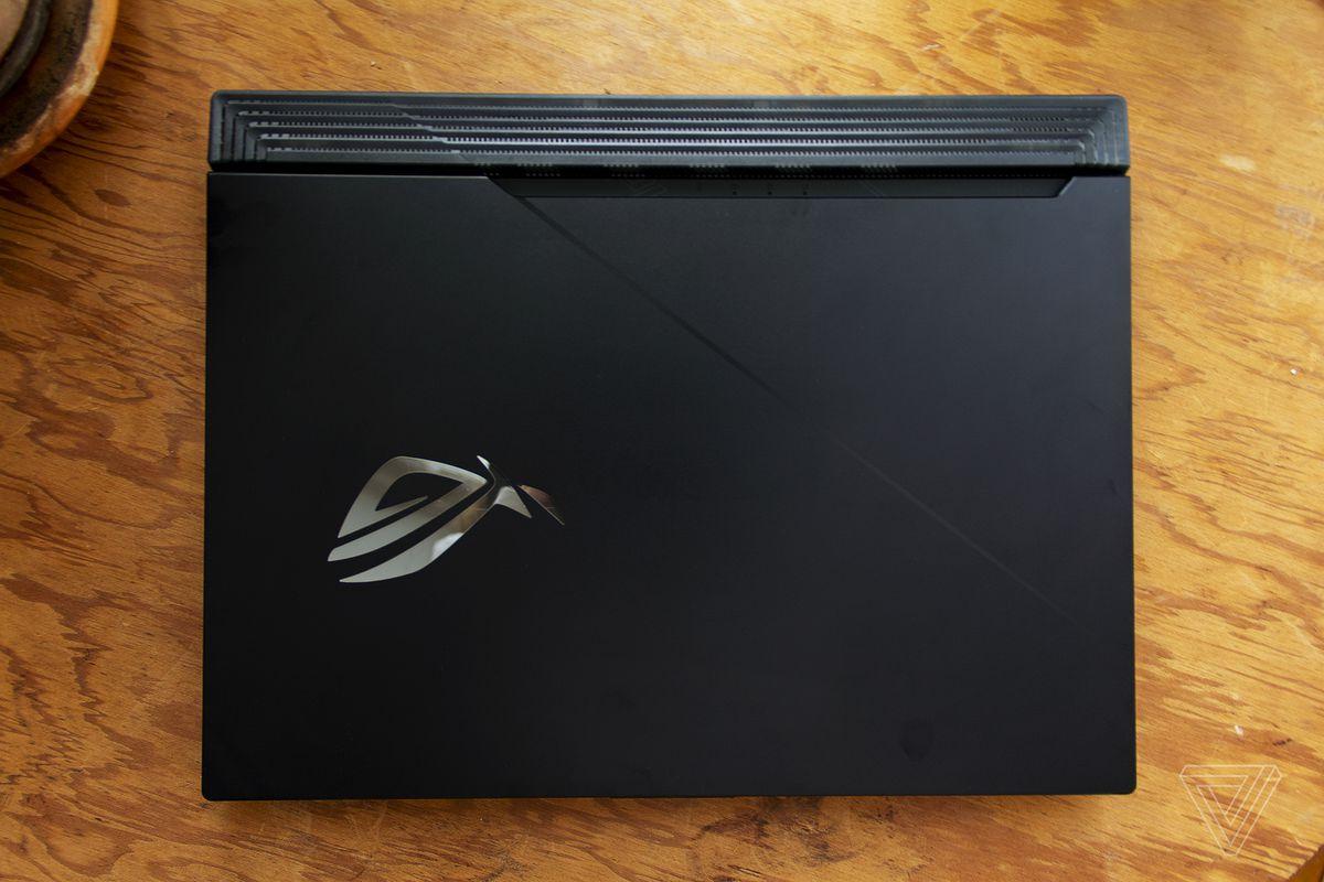 Capacul Asus ROG Strix Scar 15 de sus.