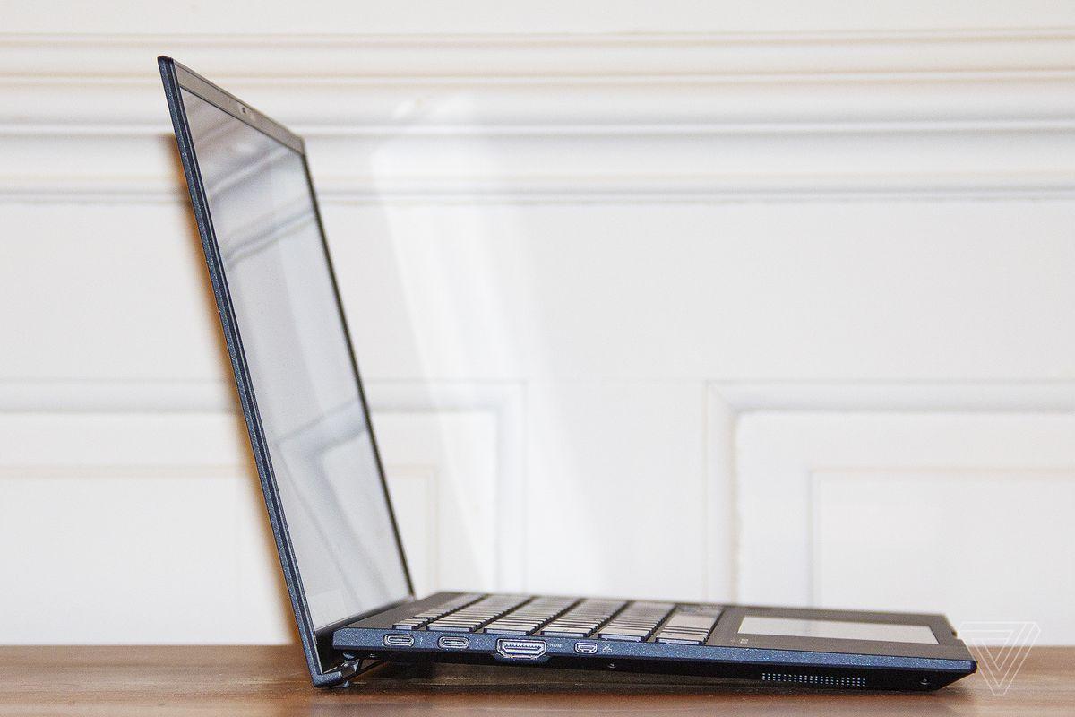 Partea stângă a Asus ExpertBook B9450.
