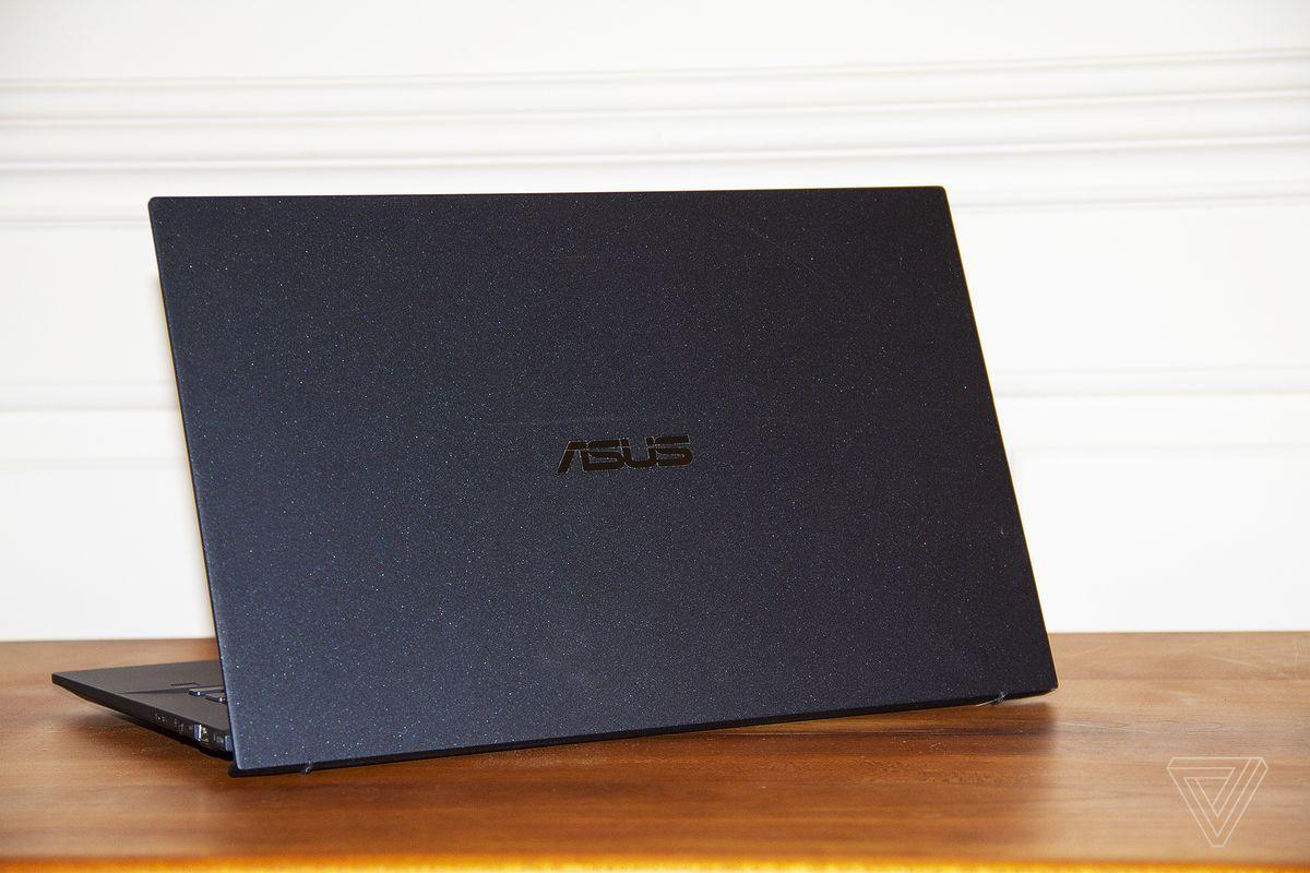 Asus ExpertBook B9450 cu fața spre canera, înclinat spre stânga.