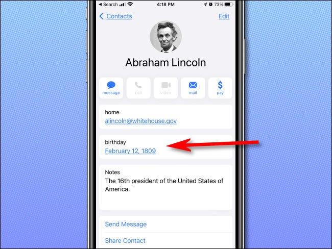 Examinarea unei zile de naștere în aplicația Apple iPhone Contacts.