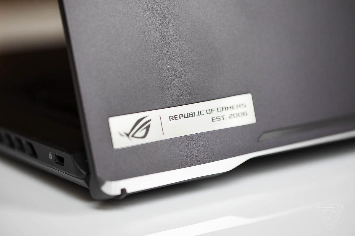 Sigla Republic of Gamers de pe capacul Asus ROG Zephyrus G15.