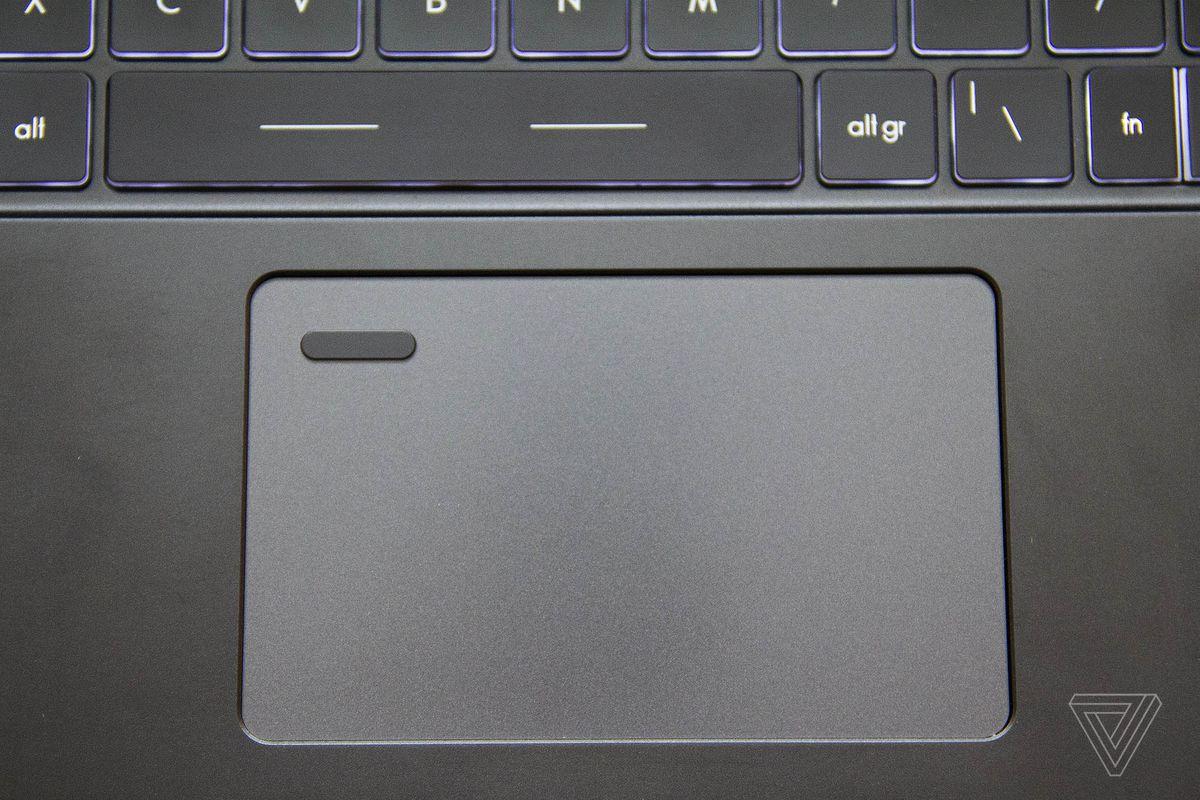 Touchpad-ul MSI Summit B15 de sus.