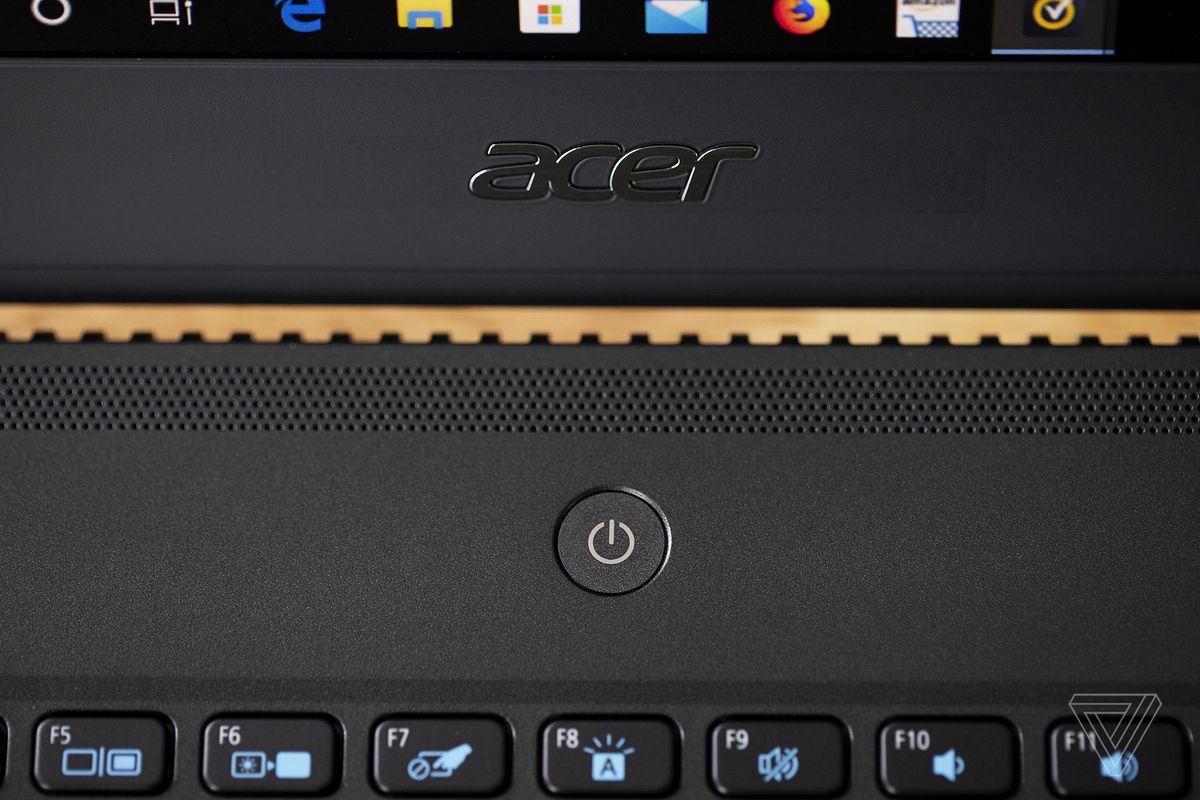 Sigla Acer și butonul de alimentare de pe Acer TravelMate P6.