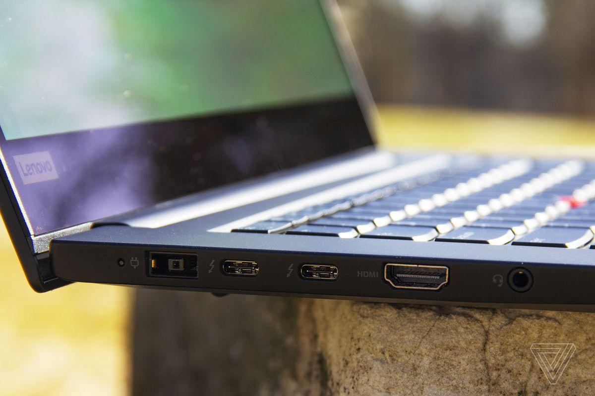 Porturile din partea stângă a Lenovo Thinkpad X1 Extreme Gen 3.