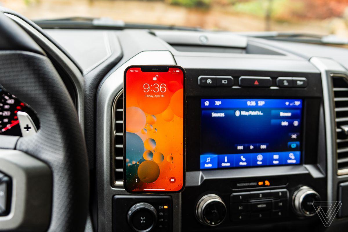 Belkin Car Vent Mount Pro cu Magsafe într-un Ford F-150 cu iPhone 12 Pro Max